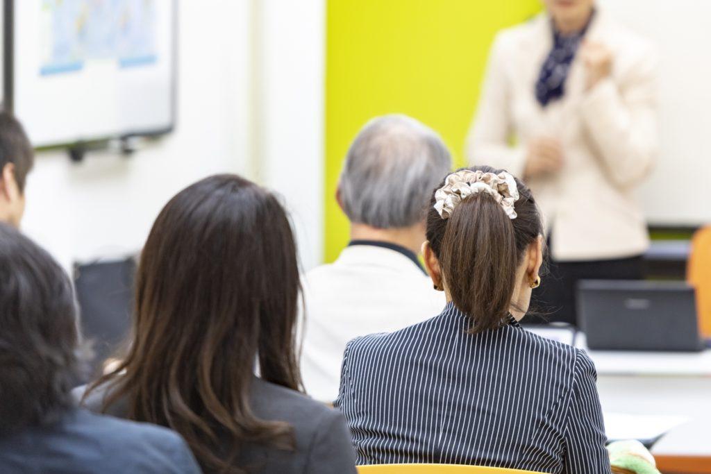 特定処遇改善加算(Ⅰ)と人員配置加算(特定事業所加算・福祉職員配置等加算・サービス提供体制強化加算)の関係を分かりやすく解説